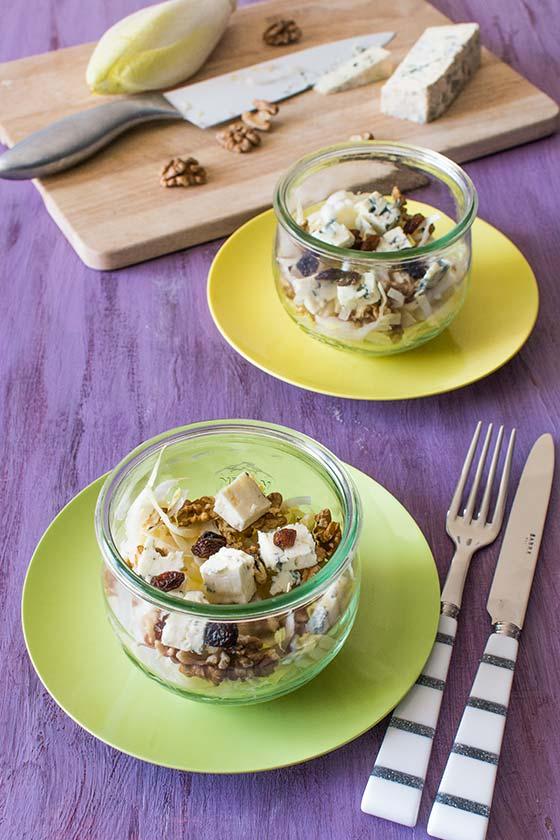 Salade d'hiver aux endives, noix, fromage bleu et raisins secs