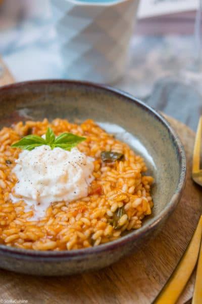 """Recette de Risotto tomates, mozzarella de Simone Zanoni. Issue du livre """"Le confinement d'un chef"""", la recette du risotto Bomba Atomica !"""